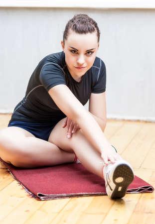 warm up: Idee Sport e concetti. Fit Woman allunga il suo piedino di Warm Up Mussels.Vertical Orientamento immagine