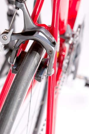 frenos: Frenos Profesional bici del camino de cerca contra el blanco. Vertical de la imagen
