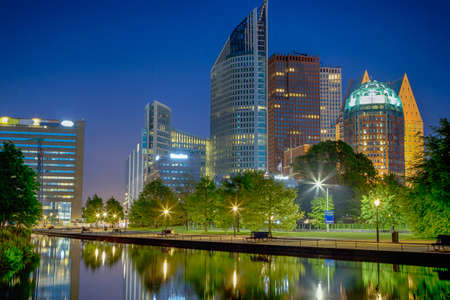 De Skyline van de stad Den Haag (Den Haag) in Nederland. Shot tijdens Blue Hour Time. Horizontale beeldsamenstelling