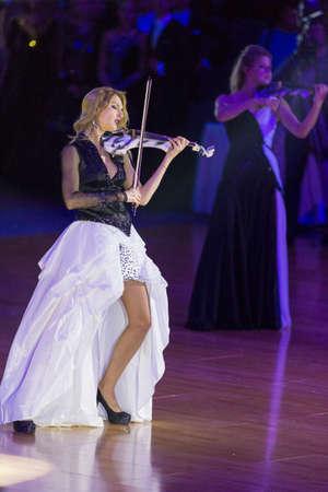 violinista: Minsk, Bielorrusia 7 de octubre de 2017: Violinista de sexo femenino de la banda de Palladium Elena Polyakova que se realiza en la taza de capital internacional Minsk, octubre 7,2017, Minsk, Bielorrusia de WDSF.