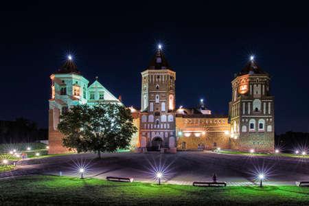 여행지 및 Torist 목적지. 벨로루시의 현재 요새와 전 리투아니아 왕국의 요새로 유명한 미르 성 그림. 스톡 콘텐츠
