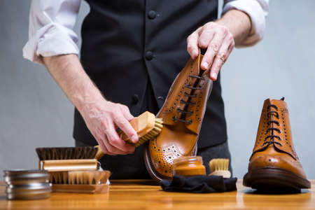 Footwear Concepts. Closeup of Mans Hands Cleaning Luxury Calf Leather Brogues with Special Accessories And Tools. Horizontal Shot 版權商用圖片 - 92197305