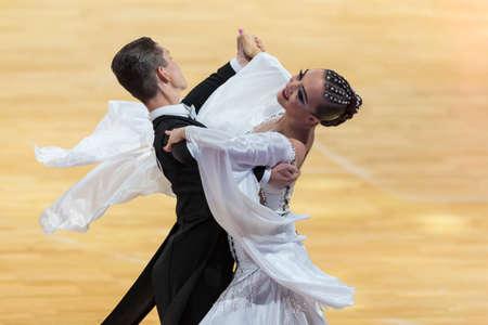 Minsk, Weißrussland - 14. Oktober 2018: Tanzpaar führt Europäisches Standardprogramm für Erwachsene auf WDC Professional 10 Dance Championship Capital Cup Minsk - 2018 im 14. Oktober 2018 in Minsk, Weißrussland durch. Editorial