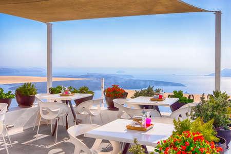 Snug Open Terace Cafe a Thira sull'isola di Santorini in Grecia. Immagine orizzontale Archivio Fotografico