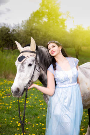 Retrato de rubio con caballo al aire libre. Imagen vertical Foto de archivo