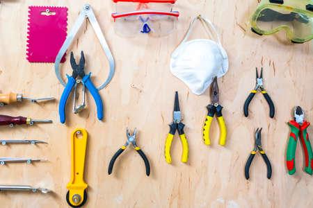 Arbeitswerkzeuge auf dem Display im Workshop Indoors.Horizontal Image