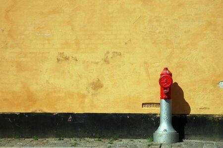 borne fontaine: l'eau des bornes � l'avant d'un b�timent