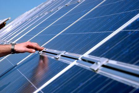 radiacion solar: Tocar un panel solar Foto de archivo