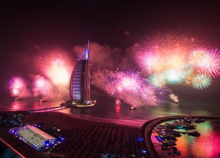 Burj Al Arab nuovi fuochi d'artificio anni vigilia con la riflessione sul mare Archivio Fotografico - 47850263