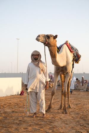camello: camellos Dubai Club carreras de camellos tomadas por calentamiento va delante de las carreras