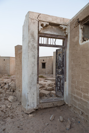 ras: Traditional  wooden detailed doorway, left to ruin, Old Ras Al Khaimah abandoned ghost town, Al Jazirah Al Hamra Stock Photo