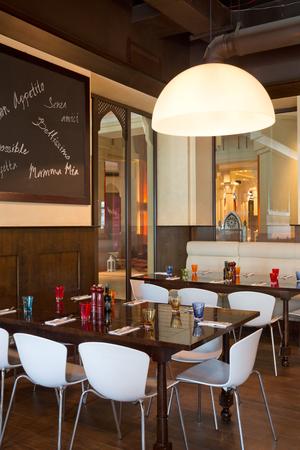 restaurante italiano: Dubai, Emiratos �rabes Unidos, 06.06.2015, Urbano Restaurante italiano, Dubai Mall, Souk Al Bahar, el centro de Dubai. Editorial