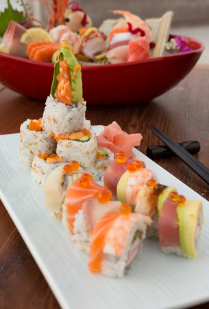 Vis ei en rauwe zalm sushi Japans eten, geserveerd op een witte schone plaat met een ondiepe scherptediepte bokeh. Stockfoto - 87603296