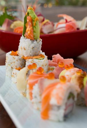 Vis ei en rauwe zalm sushi Japans eten, geserveerd op een witte schone plaat met een ondiepe scherptediepte bokeh.