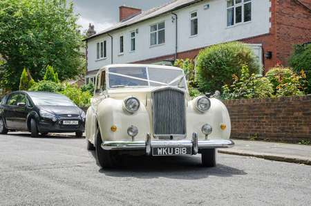 london, england, 05/08/2016, A beautiful vintage retro immaculate rolls royce phantom princess motor vehicle, waiting to pick up a bride and take her to a wedding. Exclusive luxury wedding travel. 에디토리얼