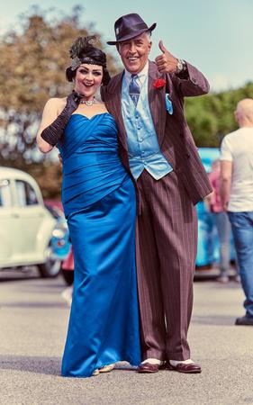 런던, 영국, 05052017, 개 스비 소녀와 마피아 마피아 콘 아티스트로 1920 년대 멋진 드레스의 메인. 잘 생기고 신뢰할 수없는 거리 상인. 유행 핀 스트라 에디토리얼