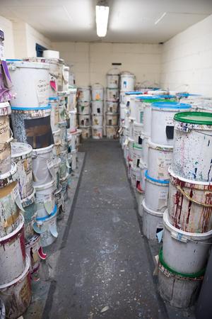 Peinture à l'encre de teinture industrielle pour tissus et papiers peints, dans des seaux en plastique. La teinture pour tissus est utilisée pour créer de la couleur pour l'industrie du vêtement et du textile. industrie de la mode. Couleurs sourdes.