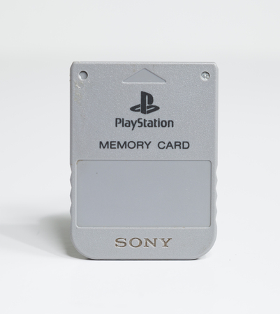 london, england, 05/085/2019, official sony playstation memory card isolated on a white seamless background. Saving computer games and data. small vintage memory card for console computer games. 版權商用圖片 - 130879485