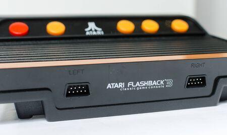 Londyn, anglia, 05.05.2018 Ponowne wydanie retro vintage atari flashback 3 arcade. Nowoczesna konsola typu plug and play w stylu retro lat 80-tych. klasyczna gra zręcznościowa w stylu vintage.