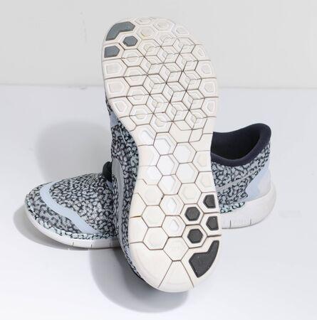 伦敦,英国,05/05/2019耐克免费5.0浅蓝色蛇皮风格迷彩跑步鞋。现代和时尚的轻量级跑步运动鞋。田径和马拉松器材。