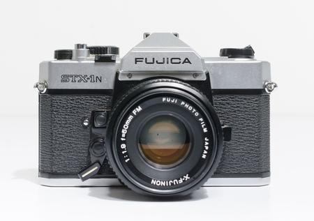 Londres, Angleterre, 05/05/2018 Un appareil photo reflex à objectif unique FUJICA STX 1N 35 mm rétro vintage et un objectif 50 mm 1.8. appareil photo vintage hipster faisant un retour à la mode dans la culture des jeunes.