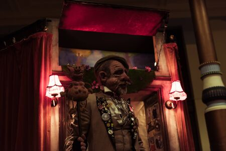 blackpool, england, 05062019 A creepy face mask puppet master street entertainer in blackpool with a creepy scary dark evil puppet show to scare the children. Free street entertainment. 新聞圖片