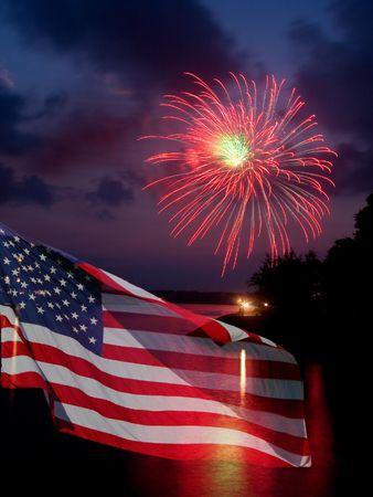banderas america: La bandera estadounidense cobra vida con este poderoso fuegos. Gran para el 4 de julio  Foto de archivo