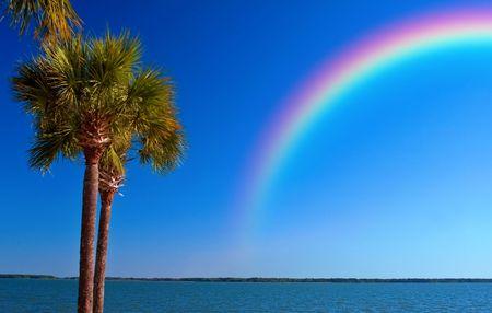 폭풍 후 세인트 피터 스 버그 비치, 플로리다에서 바다 위로 무지개가 옮겨졌습니다.