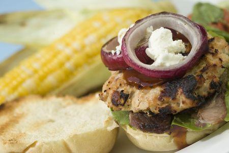 turkey bacon: Hamburger di Turchia pancetta alla griglia sormontato con formaggio di capra, cipolla rossa e salsa barbecue.  Archivio Fotografico