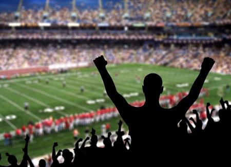 excitment: Fan celebrando una victoria en un partido de fútbol americano.