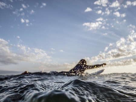 encrespado: �ngulo de visi�n baja en la superficie picada del mar a un surfista en el horizonte de remar en su tabla de surf para coger la pr�xima ola