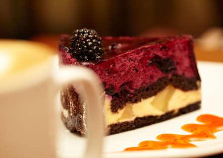 manjar: Tarta de queso con zarzamora en un plato