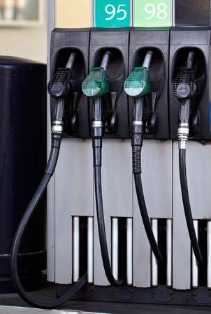 95: Pompa di benzina con il segno 95 e 98, benzina.