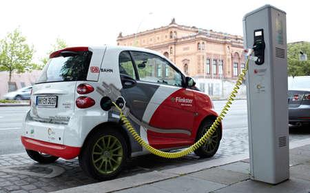 electro: HAMBURG - 30. Mai Electro Auto ist in der Stra�e Aufladen am Mai 30, 2012 in Hamburg, Deutschland