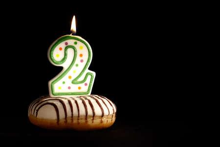 velitas de cumpleaños: Mi segundo cumpleaños Soy dos años ya fondo con copyspace para el texto Foto de archivo