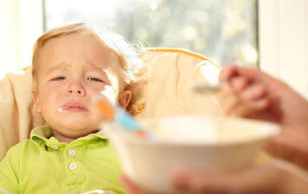 bambini tristi: I don t voglio mangiare questo porridge pi� Archivio Fotografico