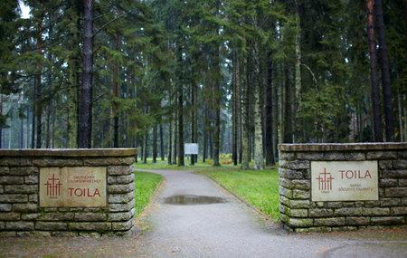 memorial cross: La entrada al cementerio de soldados alemanes en Toila, Estonia ancha Editorial