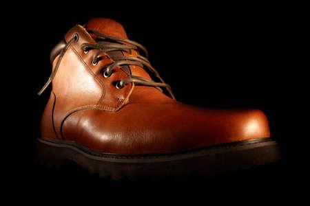 검은 배경에 낮은 각도 근접 촬영에 남자의 겨울 갈색 신발