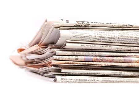 Quotidiani internazionali su sfondo bianco Bella superficiale DOF