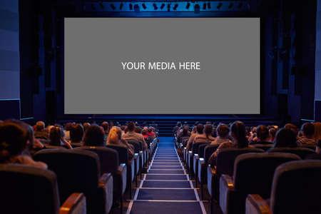 사진 화면을 추가하는 관객 준비 빈 영화 화면이 총 긴 노출 삼각대를 사용 하였다 선명한 테두리를 가지고 스톡 콘텐츠