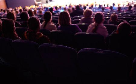 쇼를 보는 시청자 수. 긴 노출 촬영. 에디토리얼