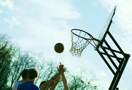 Mensen spelen basketbal buiten Dynamic sport concept Geen zichtbare gezichten