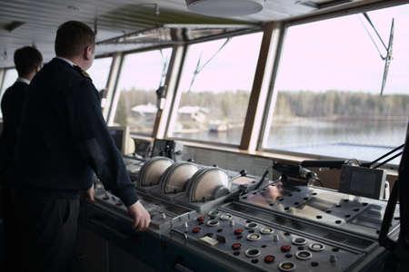 강에 유람선을 운전 항해사 스톡 콘텐츠