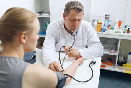 의사가 혈압을 측정합니다.