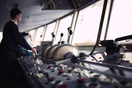 Navigatie officier rijden het schip op de rivier.