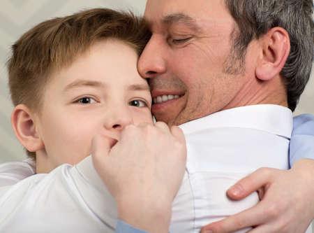 아버지는 포옹을주는 아들의 근접 쐈 어. 사랑하는 아빠에게 헌정 한 소년