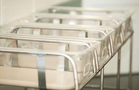 hospitales: Cerca de una gama de envases vacíos de bebé en el hospital de maternidad
