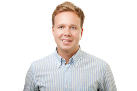 ragazze bionde: Ritratto di un giovane biondo bello con il sorriso tipo in camicia a righe blu isolato su sfondo bianco Archivio Fotografico