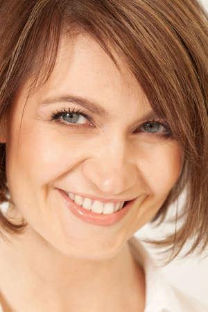 ojos azules: mujer adulta con pelo corto de Morena sonriendo a la cámara.