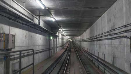ferrocarril: Metro carriles en el túnel con cables en las paredes de cemento